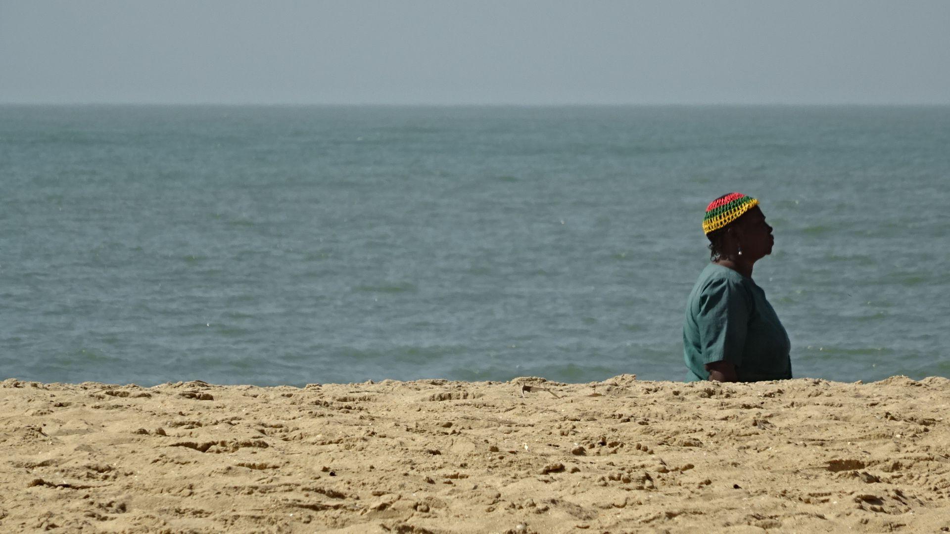 Halve vrouw op het strand - Sony